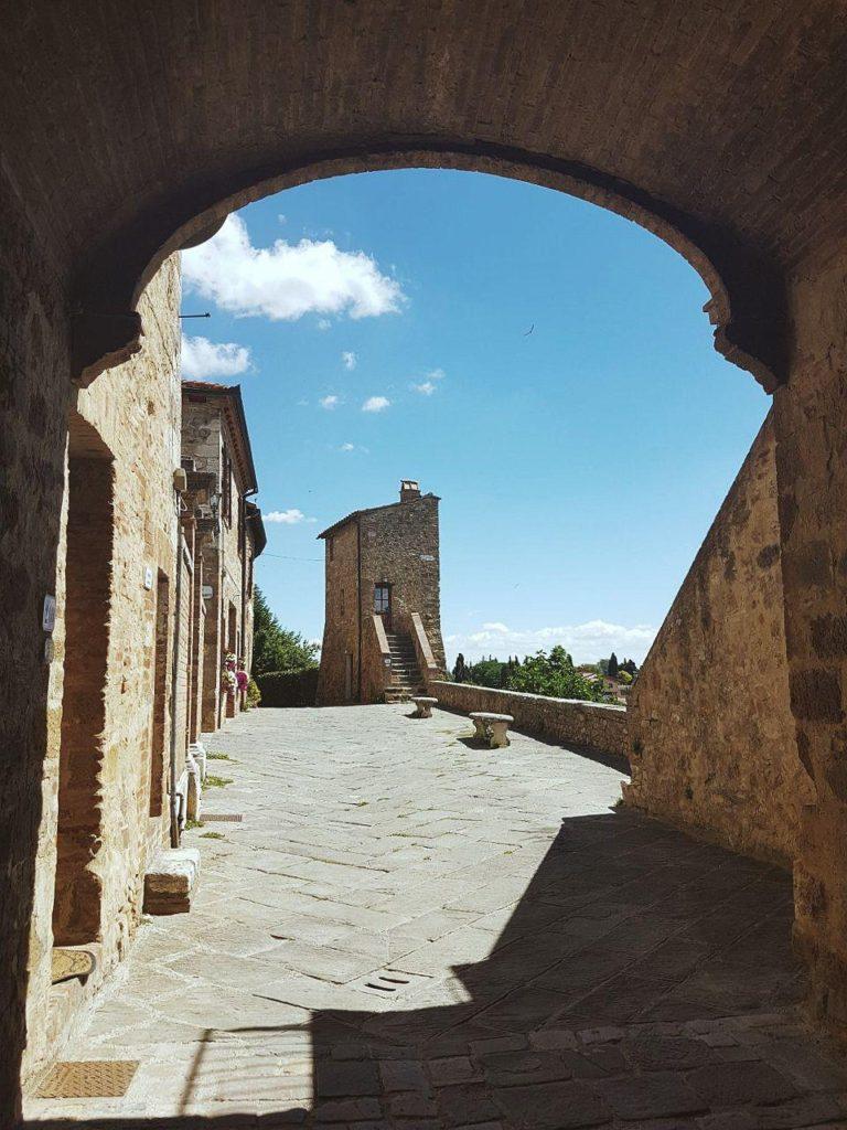 un giorno a san quirico d'orcia cosa vedere tuscany walls vojagon