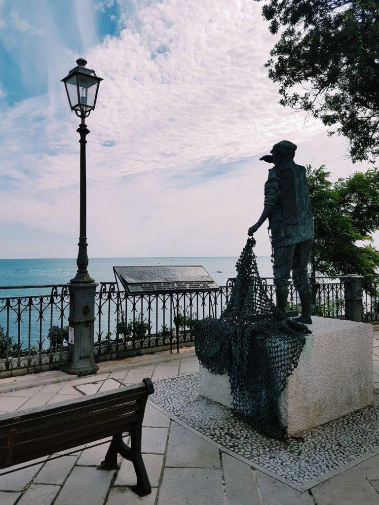 monumento al pescatore borgo di numana marche italia