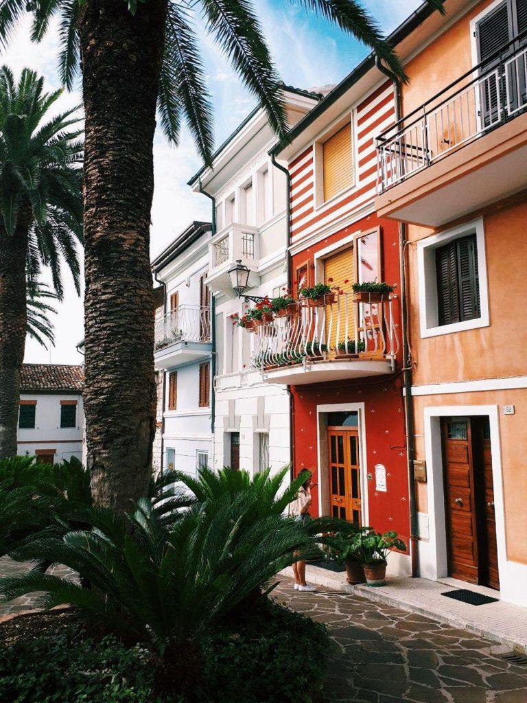 borgo di numana case colorate marche italia conero vojagon