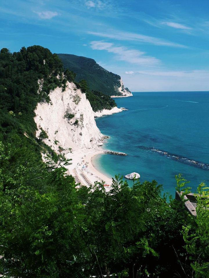 spiagge di numana borgo di numana monte conero spiaggia del frate migliori spiagge riviera del conero borgo di numana mare adriatico vojagon