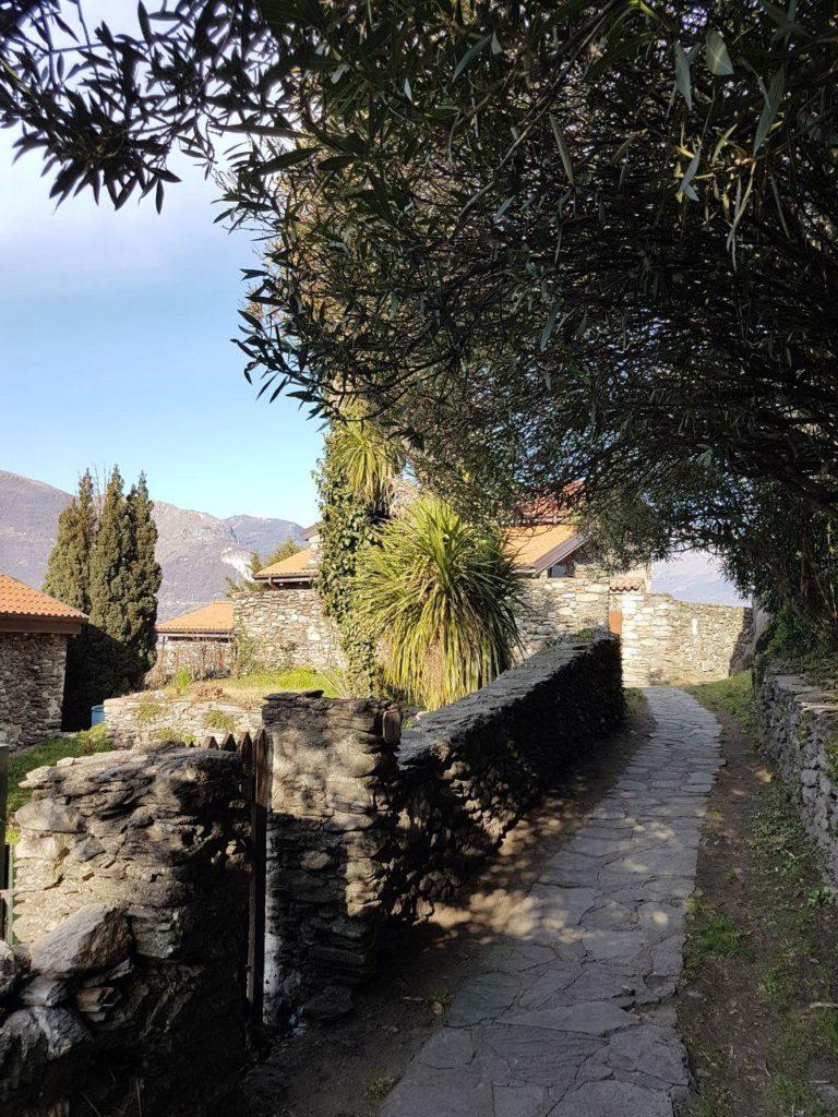 percorso pedonale intorno al castello di corenno plinio