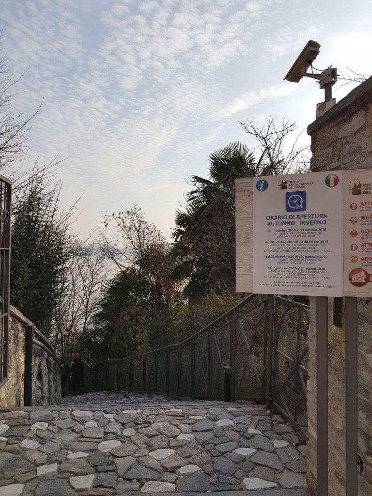 particolare del sentiero per arrivare all'Eremo di Santa Caterina del Sasso